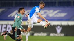 Fabian Klos. Striker Arminia Bielefeld asal Jerman ini telah tampil dalam 323 laga dalam 10 tahun terakhir di Liga Jerman, bahkan ketika timnya masih menghuni Divisi 3 pada musim 2011/2012. Musim ini adalah musim pertama Arminia Bielefeld berkiprah di Divisi Utama. (AFP/Wolfgang Rattay/Pool)