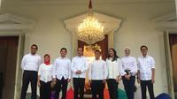 Presiden Jokowi berpose bersama tujuh staf khususnya yang baru. Tujuh staf khusus baru presiden itu didominasi generasi milenial. (Lizsa Egeham/Liputan6.com)
