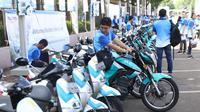 Peserta menaiki motor listrik yang dipamerkan di Kawasan Jakarta Convention Center (JCC) di Jakarta, Minggu (3/12). Inovasi-inovasi ini diharapkan dapat meningkatkan kinerja PLN dalam memberikan pelayanan kepada masyarakat. (Liputan6.com/Angga Yuniar)