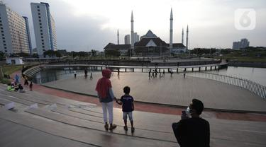 Suasana Waduk Mookervart saat sore hari di Kalideres, Jakarta Barat, Minggu (9/5/2021). Waduk Mookervart tersebut dimanfaatkan oleh warga sekitar untuk ngabuburit atau menunggu waktu berbuka puasa tiba. (Liputan6.com/Angga Yuniar)