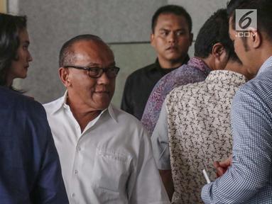 Ketua Dewan Pembina Partai Golkar Aburizal Bakrie berada di gedung KPK untuk menjalani pemeriksaan, Jakarta, Kamis (16/11). Aburizal Bakrie diperiksa KPK sebagai saksi dugaan korupsi e-KTP dengan tersangka Setya Novanto. (Liputan6.com/Faizal Fanani)