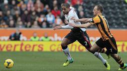 David Meyler dihadang Glen Johnson pada pertandingan sepak bola Liga Utama Inggris antara Hull City dan Liverpool di Stadion KC Hull pada Ahad (1/12/2013)(AFP/Lindsey Parnaby).