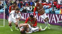 Pemain Inggris Harry Kane (terbawah) bersama rekan-rekannya merayakan gol ke gawang Jerman pada pertandingan babak 16 besar Euro 2020 di Stadion Wembley, London, Inggris, Selasa (29/6/2021). Inggris menang 2-0. (Andy Rain, Pool via AP)