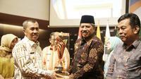 Bupati Siak Alfedri menerima penghargaan Predikat Kabupaten Dengan Pembangunan Daerah Terbaik se-Riau dari Gubernur Riau Syamsuar.