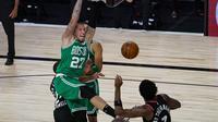 Pemain Boston Celtics, Daniel Theis (nomor 27), melalukan slam dunk pada saat melawan Toronto Raptors, Kamis (10/9/2020) WIB. (AP Photo/Mark J. Terrill)