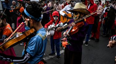 """Sejumlah bocah berpartisipasi dalam parade anak-anak """"Carnavalito"""" selama Karnaval Hitam dan Putih di Pasto, Kolombia, Rabu (2/1). Karnaval ini merayakan hari dimana budak Afrika mendapatkan hari libur untuk menyalurkan kegembiraannya. (Juan BARRETO/AFP)"""
