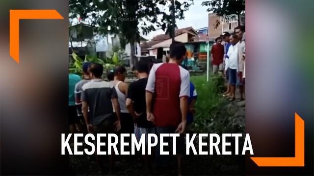 Pengendara motor emak-emak berhasil selamat usai terserempet kereta di rel Muktiharjo, Semarang.