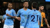 Para pemain Manchester City merayakan gol ke gawang Wolverhampton Wanderers pada laga Premier League, di Stadion Etihad, Senin (14/1/2019). (AFP/Lindsey Parnaby)