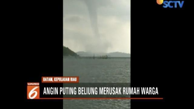 Selain berputar-putar di tengah laut, pusaran angin kencang juga sempat menghampiri permukiman.