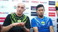 Pelatih Persib, Mario Gomez (kiri), dan penjaga gawang Muhammad Natshir. (Liputan6.com/Reza Efendi)