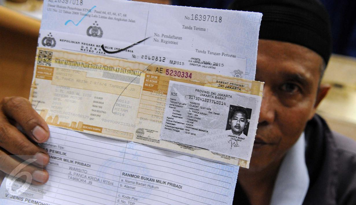 Seorang warga menunjukan surat perpanjangan kendaraan di kantor Samsat Jakarta, Senin (15/2/2016). Pelayanan pajak kendaraan bermotor terus ditingkatkan dari segi kinerja dan pelayanan demi kepuasan masyarakat. (Liputan6.com/Helmi Afandi)