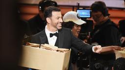 Pemandu acara Jimmy Kimmel tersenyum sambil membagi-bagikan 7.000 sandwich selai isi kacang kepada para hadirin selama penghargaan Emmy Awards 2016, di Los Angeles, Minggu (18/9). (Kevin Winter/Getty Images NORTH AMERICA/AFP)
