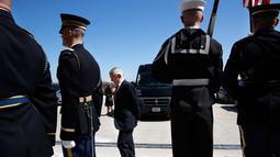 Menteri Pertahanan AS James Norman Mattis menunggu kedatangan Menlu RI, Retno LP Marsudi di Pentagon, Senin (26/3). Pertemuan keduanya di Washington merupakan kunjungan balasan setelah Mattis mengunjungi Jakarta pada Januari lalu. (AP/Jacquelyn Martin)