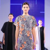 Modernisasi keindahan tekstil tradisional Indonesia dipersembahkan kedua label ini. (Sumber foto: Daniel Kampua/Bintang.com)