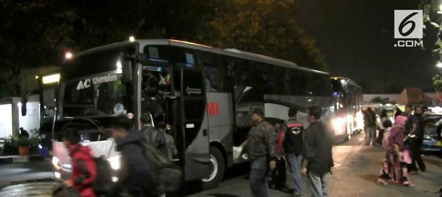 Hingga Rabu (20/6) dini hari tercatat lebih dari 20.000 pemudik kembali ke Jakarta dengan menggunakan bus di terminal Kalideres. Kebanyakan pemudik berasal dari beberapa kota di Jawa Tengah.
