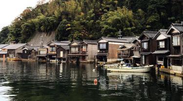 Siapa yang tidak mengagumi keindahan Venice, Italia? Ternyata ada sebuah lokasi serupa yang berada di pesisir teluk Ine di Kyoto, Jepang. Tempat indah yang biasa di sebut The Venice of Japan ini terdiri dari 230 fune-ya atau rumah pohon. (mymodernmet.com)