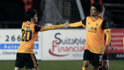Gelandang Wolverhampton Wanderers, Vitinha (kiri) bersama rekan setim merayakan gol ke gawang Chorley dalam laga babak keempat Piala FA 2020/21 di Victory Park Stadium, Jumat (22/1/2021). Wolverhampton menang 1-0 atas Chorley. (AFP/Lindsey Parnaby)