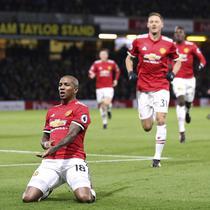 Gelandang Manchester United, Ashley Young,  melakukan selebrasi setelah membobol gawang Watford, pada laga lanjutan Premier League, Rabu (29/11/2017) dini hari WIB. (AP/Andrew Matthews).