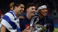 (Kiri-kanan) Luis Suarez, Lionel Messi dan Neymar da Silva berpose bersama usai laga final Liga Champions 2014-2015 di Olympiastadion, Berlin, Minggu (7/6/2015). Barcelona kandaskan Juventus dengan skor 3-1. (AFP Photo/Patrik Stollarz)