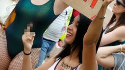 Soerang wanita berunjuk rasa di pantai Mediterania Israel Tel Aviv (4/5). Mereka memprotes budaya pemerkosaan dan pelecehan seksual yang ditujukan pada wanita. (AFP Photo/Jack Guez)