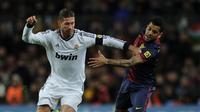 Sergio Ramos dan Dani Alves. (AFP/Lluis Gene)