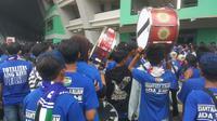 Bobotoh membawa tambur masuk Gelora Bandung Lautan Api pada laga pembuka Piala Presiden 2018. (Liputan6.com/Kukuh Saokani)