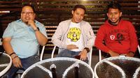Evan Dimas (tengah) dan Andik Vermansah (kanan) menggelar pertemuan dengan Bonek di salah satu tempat di makan di Surabaya, Kamis (10/1/2019) malam. (Bola.com/Aditya Wany)