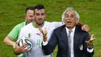 Ekspresi kegembiraan pelatih Timnas Aljazair, Vahid Halilhodzic (kanan), usai mengimbangi Rusia 1-1 di Stadion Baixada, Curitiba, Brasil, (27/6/2014). (REUTERS/Amr Abdallah Dalsh)