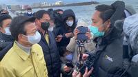 "Ketua Tim KBRI, Puji Basuki, berdiskusi dengan Menteri Kelautan dan Perikanan Korsel, Moon Seong-hyeok, di lokasi operasi SAR awak kapal ikan ""32 Myongminho""di Pulau Jeju, Korea Selatan, 31 Desember 2020. (KBRI Seoul)"
