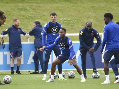 Pemain Inggris Raheem Sterling (tengah) melihat bola selama sesi latihan di St George's Park, Burton upon Trent, Inggris, Senin (5/7/2021). Inggris akan melawan Denmark pada pertandingan semifinal Euro 2020. (AP Photo/Rui Vieira)