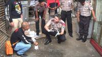 Tim inavis Polres Kota Probolinggo selidiki kasus ledakan misterius yang terjadi di gudang besi tua (Foto:Liputan6.com/Dian Kurniawan)