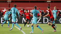 Pemain Mallorca, Takefusa Kubo, menggiring bola saat melawan Barcelona pada laga La Liga di Estadio de Son Moix, Minggu (14/6/2020). Barcelona menang dengan skor 4-0. (AP/Francisco Ubilla)