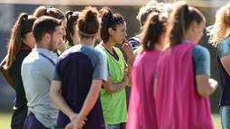 Bek Barcelona Leila Ouahabi (tengah) mendengarkan pelatih Luis Cortes berbicara selama latihan di Joan Gamper Sports City, Barcelona (15/5/2019). Tim wanita Barcelona akan bertanding melawan Lyon pada final Liga Champions 18 Mei 2019 di stadio Groupama Arena. (AFP Photo/Josep Lago)