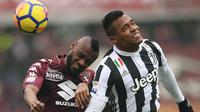Duel pemain Torino, Nicolas N'Koulou (kiri) dengan pemain Juventus, Alex Sandro pada laga Serie A di Stadio Grande Torino, Turin (18/2/2018). Juventus menang 1-0. (AFP/Marco Bertorello)