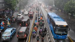 Sejumlah kendaraan pribadi memasuki jalur Busway di Jalan Mampang Prapatan, Jakarta, Selasa (11/10). Meski disterilkan, pengedara pribadi tetap nekat memasuki jalur bus Transjakarta untuk menghindari kemacetan. (Liputan6.com/Yoppy Renato)