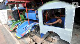 Pekerja menyelesaikan odong-odong, Jakarta, Rabu (30/10/2019). Kini, Asep harus mencari cara bertahan hidup dengan odong-odong di tengah larangan Dishub DKI terhadap kendaraan hiburan warga menengah ke bawah itu karena berdampak pada permintaan pelanggan. (merdeka.com/Iqbal S. Nugroho)