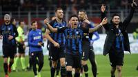 Para pemain Inter Milan merayakan kemenangan atas AC Milan pada akhir laga pekan 28 Liga Italia Serie A di Stadion San Siro, Milan, Minggu (17/3). Inter menggeser Milan dari posisi tiga klasemen. (AP Photo/Luca Bruno)