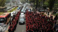 Ribuan buruh berjalan menuju bundaran Istana Merdeka, Jakarta, Jumat (30/10/2015). Aksi tersebut menimbulkan kemacetan lalu lintas kendaraan di sekitar kawasan Istana Negara. (Liputan6.com/Gempur M Surya)