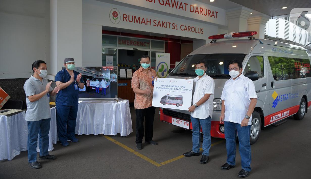 Chief Astra Financial Adi Sepiarso secara simbolis menyerahkan satu unit mobil Ambulance Gawat Darurat kepada Dirut RS St Carolus, Rudyan Kopot (tengah) di Rumah Sakit St Carolus, Jakarta, Rabu (8/4/2020). Selian mobil ambulance juga diserahkan peralatan medis. (Liputan6.com/HO/Eko)