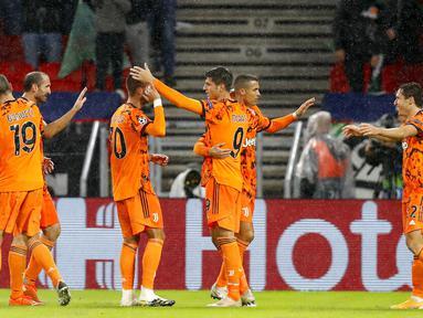 Pemain Juventus Alvaro Morata (tengah)  merayakan bersama rekan-rekan setimnya usai mencetak gol ke gawang Ferencvaros pada pertandingan Grup G Liga Champions di Puskas Arena, Budapest, Hungaria, Rabu (4/11/2020). Juventus menang 4-1. (AP Photo/Laszlo Balogh)