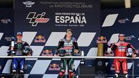 Ketiga pembalap yang naik podium MotoGP Jerez baru membuka masker saat physical distancing dirasa sudah terjadi. (Javier Soriano/AFP)