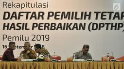 Ketua KPU RI Arief Budiman berbincang dengan sejumlah komisioner KPU sebelum memulai rapat pleno Rekapitulasi Daftar Pemilih Tetap Hasil Perbaikan (DPTHP) di Kantor KPU RI, Jakarta, Minggu (16/9). (Merdeka.com/Iqbal S. Nugroho)