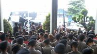Massa pendukung Budi Gunawan mencoba memasuki ruang sidang praperadilan di Pengadilan Negeri Jakarta Selatan (Liputan6.com/ Putu Merta Surya Putra)