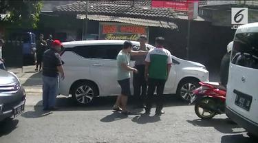 Akibat senggolan di jalan raya, seorang pemudik dan kernet bus hampir adu jotos di kawasan Sumedang.