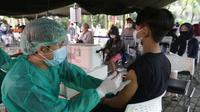 Warga saat menerima vaksinasi COVID-19 melalui mobil vaksin keliling di Taman Dadap Merah, Kebagusan, Jakarta, Sabtu (10/7/2021). Pemerintah Provinsi DKI Jakarta mengerahkan 16 mobil vaksin keliling untuk mempercepat target vaksinansi bagi warga DKI Jakarta. (Liputan6.com/Helmi Fithriansyah)