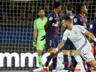 Pemain Strasbourg, Anthony Goncalves, merayakan gol yang dicetak ke gawang Paris Saint-Germain pada laga liga Prancis di Stadion Parc des Princes, Paris, Minggu (7/4). Kedua tim bermain imbang 2-2. (AP/Francois Mori)