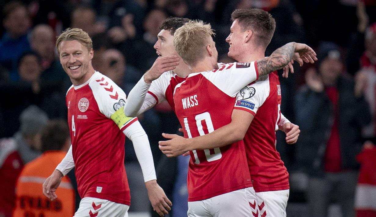 Pemain Denmark Joakim Maehle (kanan) merayakan gol dengan rekan satu timnya saat melawan Austria pada pertandingan Grup F kualifikasi Piala Dunia 2022 di Kopenhagen, Denmark, Selasa (12/10/2021). Denmark menang 1-0. (Liselotte Sabroe/Ritzau Scanpix/AFP)