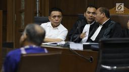 Gubernur Aceh nonaktif, Irwandi Yusuf (kiri) menyimak keterangan Plt Gubernur Aceh Nova Iriansyah pada sidang lanjutan dugaan suap Dana Otonomi Khusus Aceh (DOKA) 2018 di Pengadilan Tipikor, Jakarta, Senin (10/12). (Liputan6.com/Helmi Fithriansyah)