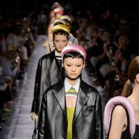 Simak inspirasi gaya terkini dengan paduan padded headbands yang stylish dan terkini. (Foto: Prada)
