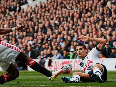 Gelandang Tottenham, Erik Lamela (kanan) berebut bola dengan gelandang Manchester United, Timothy Fosu pada lanjutan liga Inggris di stadion White Hart Lane, London, (10/4). Tottenham menang telak atas MU dengan skor 3-0. (Reuters/Eddie Keogh)